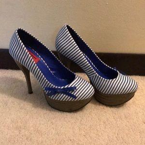 NWT** Fahrenheit Size 6 Blue/White Heels